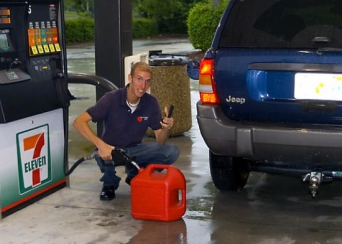 Почему нельзя заливать бензин в пластмассовую канистру?